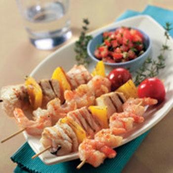 Spiesjes met garnalen of vis en een pittige tomatensalsa